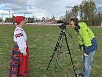 III-Eesti-Naiste-Tantsupeo-pealavastaja-Ave-Anslan-kaamera-ees